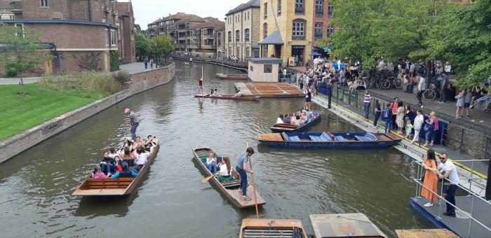 Punting in tabara Cambridge